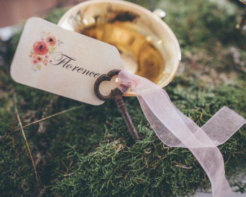 Mariage-alice-au-pays-des-merveilles-nom-invite-clef-studio-aloki