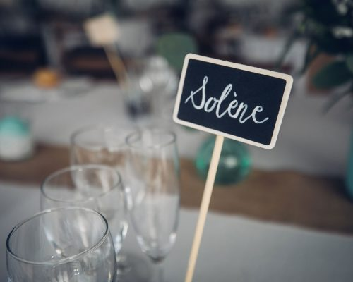 Mariage-menthe-et-vegetal-nom-invite-ardoise-studio-aloki