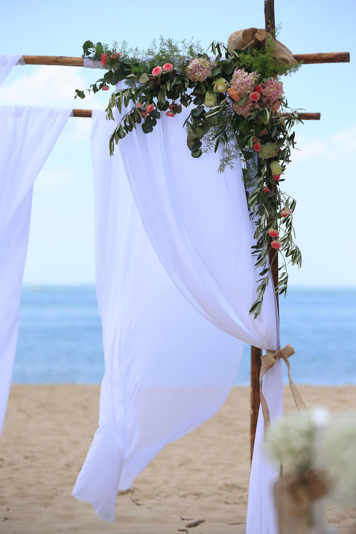 Mariage-sur-la-plage-arche-ceremonie-laique-studio-aloki