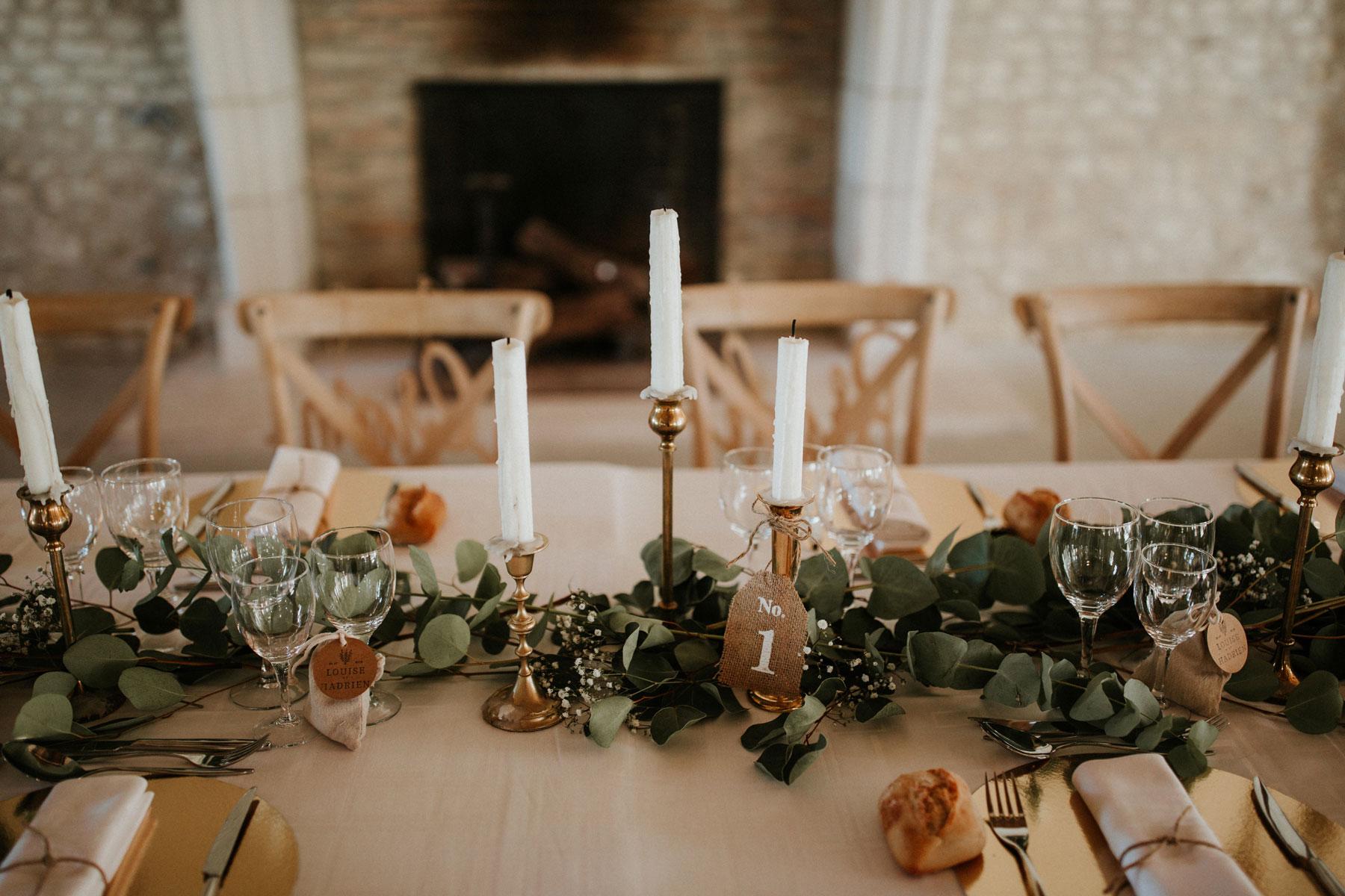 Mariage-naturel-et-vegetal-chemin-de-table-eucalyptus-bougeoirs-dore-table-honneur-studio-aloki