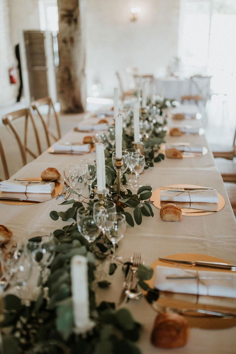 Mariage-naturel-et-vegetal-chemin-de-table-eucalyptus-table-honneur-studio-aloki