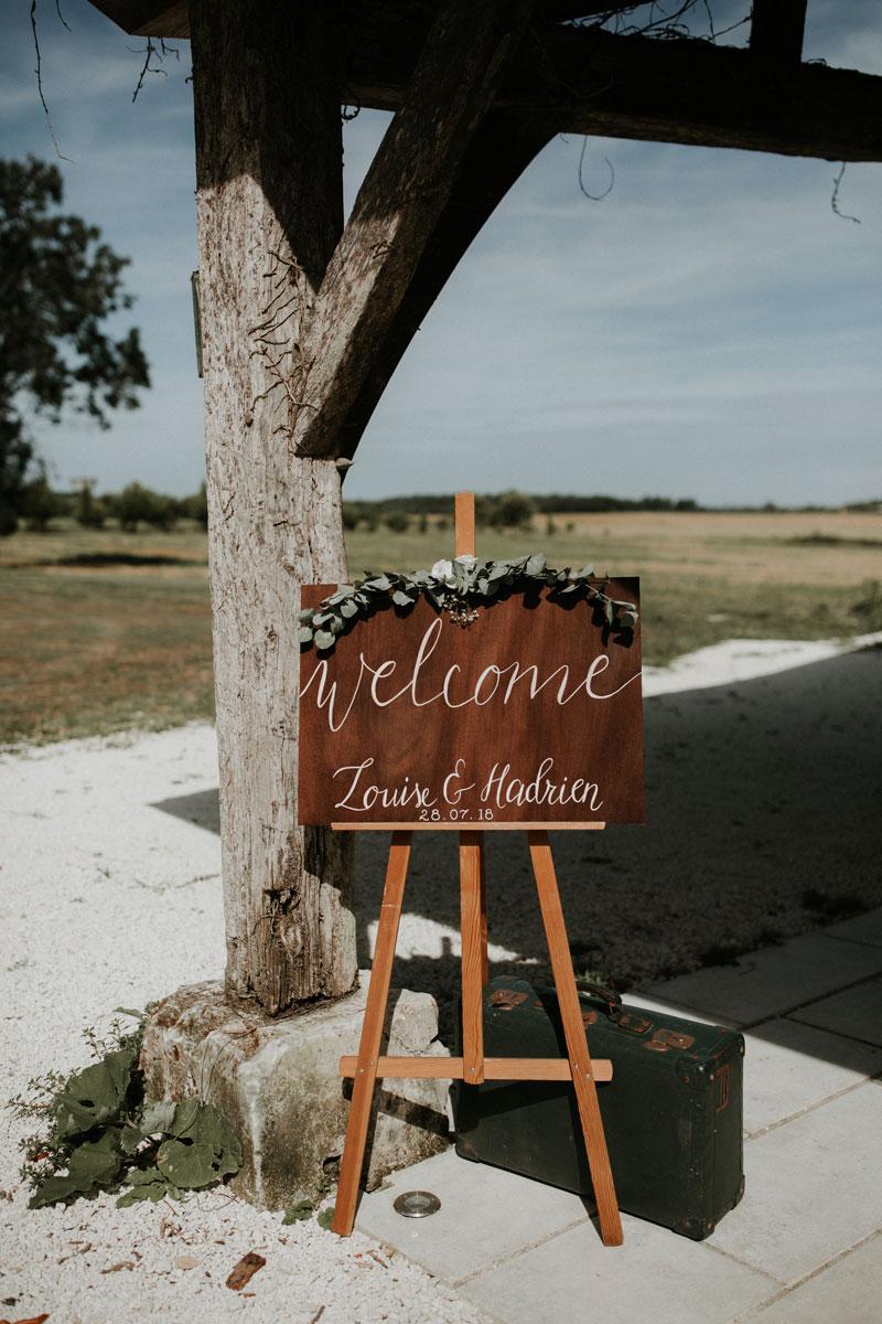Mariage-naturel-et-vegetal-panneau-accueil-en-bois-studio-aloki