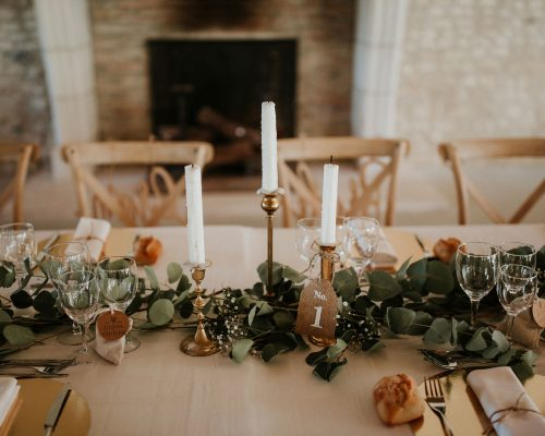 Mariage-naturel-et-vegetal-chemin-de-table-eucalyptus-bougeoirs-dore-table-honneur-studio-aloki