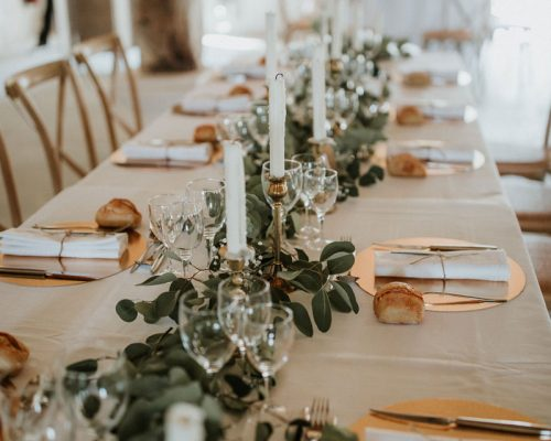 Mariage-naturel-et-vegetal-chemin-de-table-eucalyptus-table-honneur-studio-aloki