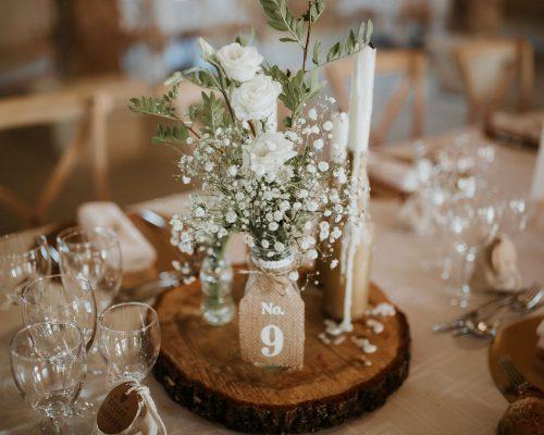 Mariage-naturel-et-vegetal-numero-de-table-jute-rondin-de-bois-bouquet-champêtre-studio-aloki-2