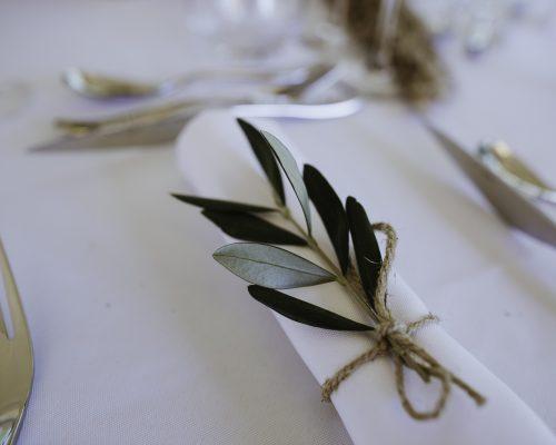 Pliage serviette et brin d'olivier decoration de table mariage studio aloki